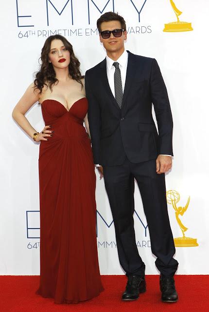 Kat Dennings y Nick Zano en los Emmy