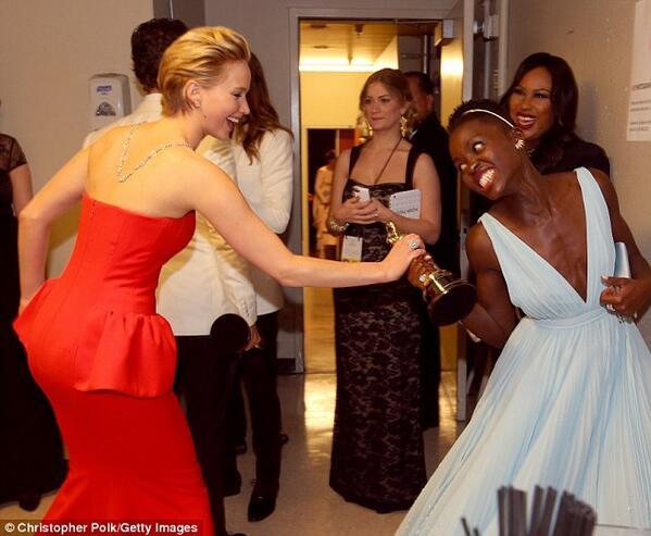 Jeniffer Lawrence y Lupita Nyong'o en los Oscar 2014
