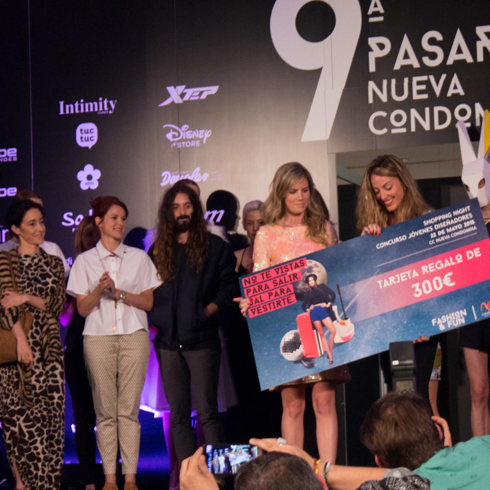Jurado y la ganadora de la 9ª Pasarela Nueva Condomina, Ángela Misino.